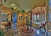 Интерьер прихожей особняка в дворцовом стиле