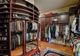 Интерьер гардеробной дома в дворцовом стиле