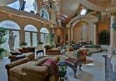 Интерьер гостинной комнаты дома в дворцовом стиле