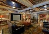 Интерьер домашнего кинотеатра дома в дворцовом стиле