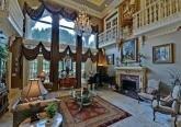 Интерьер зала дома в дворцовом стиле