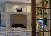 Интерьер кухни в особняке в английском стиле